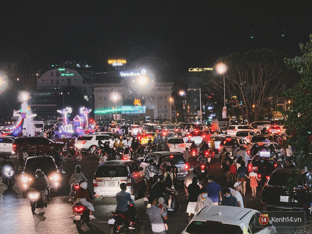 Giới trẻ hào hứng đi chơi và chụp ảnh sống ảo ở Đà Lạt trong buổi tối nghỉ lễ đầu tiên, khu vực trung tâm ngập trong biển người - Ảnh 7.