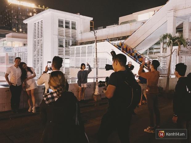 Giới trẻ hào hứng đi chơi và chụp ảnh sống ảo ở Đà Lạt trong buổi tối nghỉ lễ đầu tiên, khu vực trung tâm ngập trong biển người - Ảnh 9.