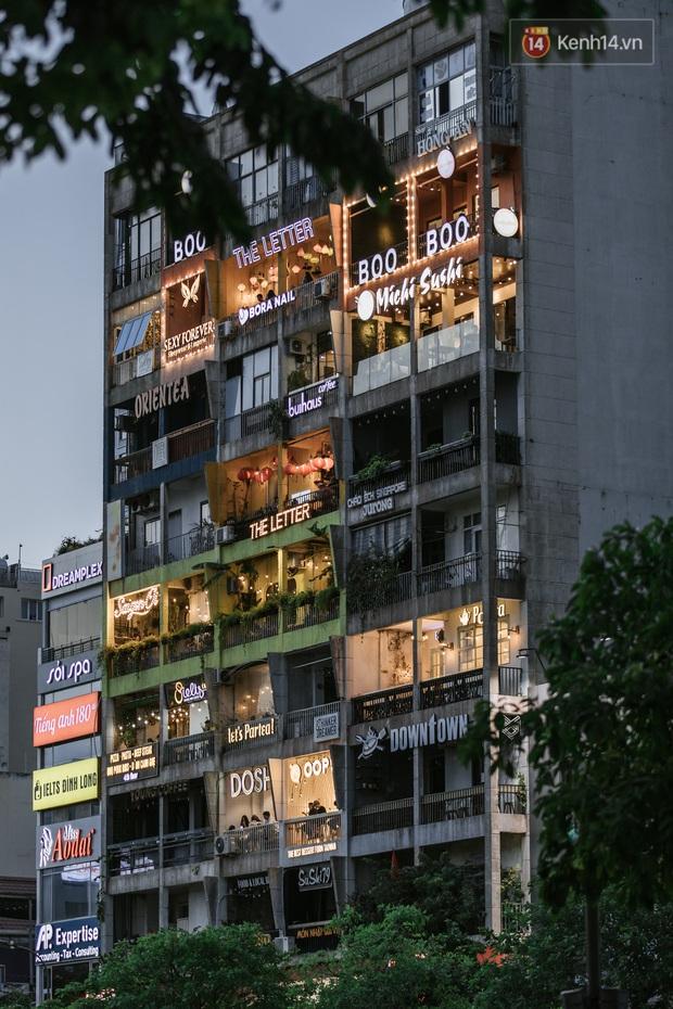 """Sài Gòn nhộn nhịp trong buổi tối nghỉ lễ đầu tiên: Khu vực trung tâm dần trở nên đông đúc, nhiều người lo sợ vẫn """"kè kè"""" chiếc khẩu trang bên mình - Ảnh 12."""