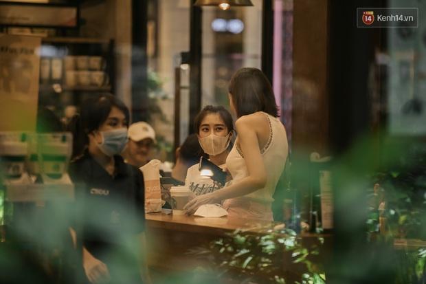 """Sài Gòn nhộn nhịp trong buổi tối nghỉ lễ đầu tiên: Khu vực trung tâm dần trở nên đông đúc, nhiều người lo sợ vẫn """"kè kè"""" chiếc khẩu trang bên mình - Ảnh 34."""