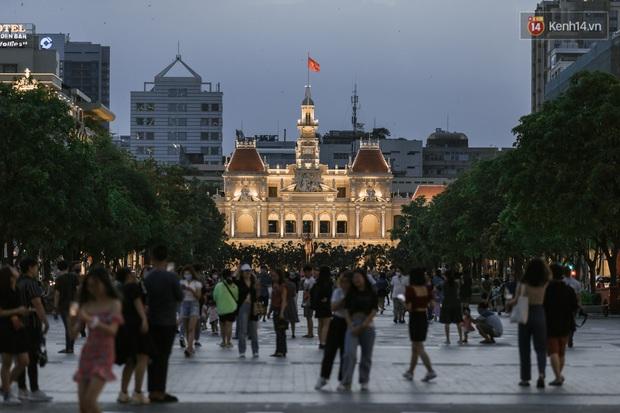 """Sài Gòn nhộn nhịp trong buổi tối nghỉ lễ đầu tiên: Khu vực trung tâm dần trở nên đông đúc, nhiều người lo sợ vẫn """"kè kè"""" chiếc khẩu trang bên mình - Ảnh 1."""