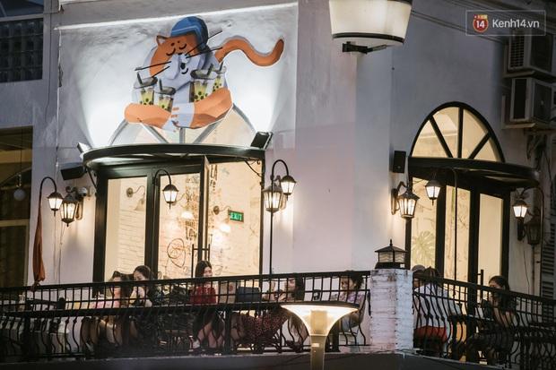 """Sài Gòn nhộn nhịp trong buổi tối nghỉ lễ đầu tiên: Khu vực trung tâm dần trở nên đông đúc, nhiều người lo sợ vẫn """"kè kè"""" chiếc khẩu trang bên mình - Ảnh 17."""