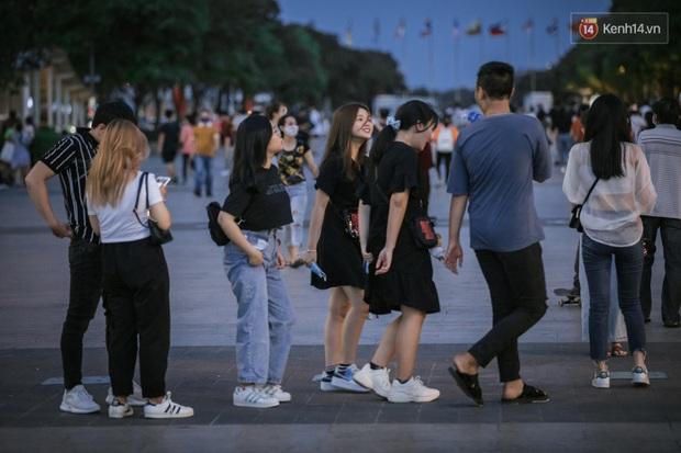 """Sài Gòn nhộn nhịp trong buổi tối nghỉ lễ đầu tiên: Khu vực trung tâm dần trở nên đông đúc, nhiều người lo sợ vẫn """"kè kè"""" chiếc khẩu trang bên mình - Ảnh 2."""