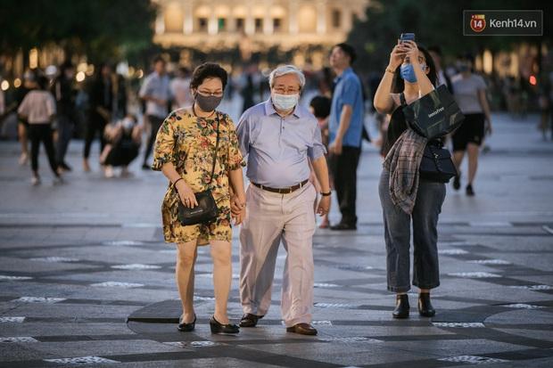 """Sài Gòn nhộn nhịp trong buổi tối nghỉ lễ đầu tiên: Khu vực trung tâm dần trở nên đông đúc, nhiều người lo sợ vẫn """"kè kè"""" chiếc khẩu trang bên mình - Ảnh 35."""