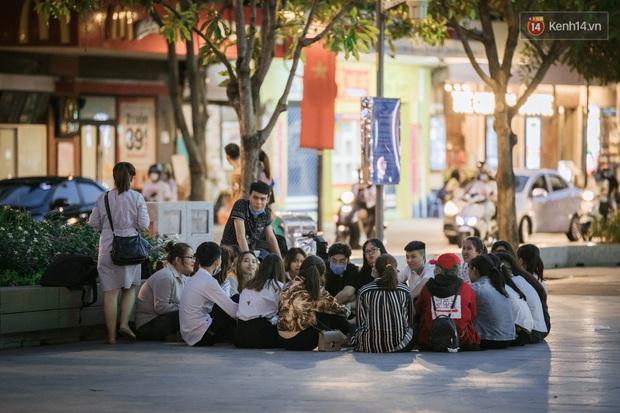 """Sài Gòn nhộn nhịp trong buổi tối nghỉ lễ đầu tiên: Khu vực trung tâm dần trở nên đông đúc, nhiều người lo sợ vẫn """"kè kè"""" chiếc khẩu trang bên mình - Ảnh 4."""