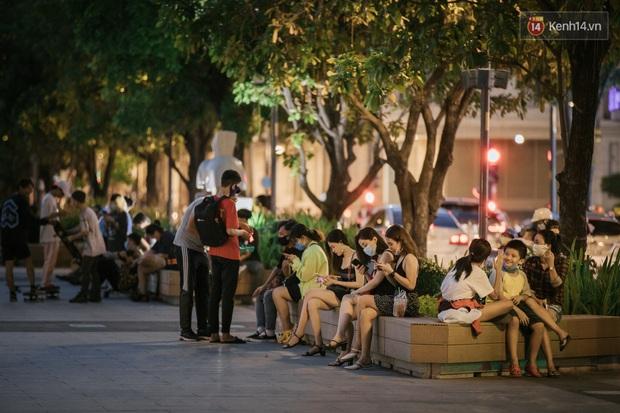 """Sài Gòn nhộn nhịp trong buổi tối nghỉ lễ đầu tiên: Khu vực trung tâm dần trở nên đông đúc, nhiều người lo sợ vẫn """"kè kè"""" chiếc khẩu trang bên mình - Ảnh 10."""
