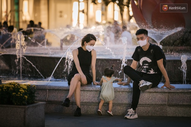 """Sài Gòn nhộn nhịp trong buổi tối nghỉ lễ đầu tiên: Khu vực trung tâm dần trở nên đông đúc, nhiều người lo sợ vẫn """"kè kè"""" chiếc khẩu trang bên mình - Ảnh 33."""