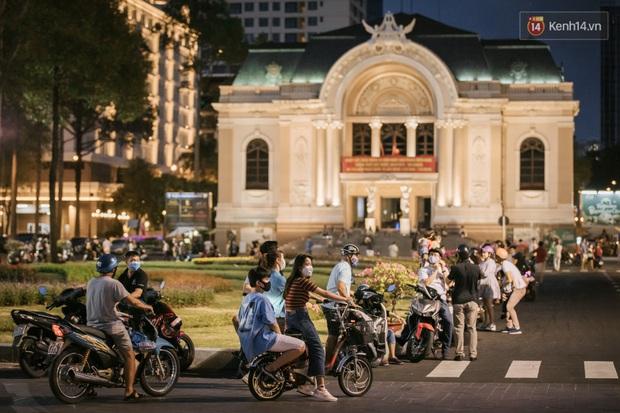 """Sài Gòn nhộn nhịp trong buổi tối nghỉ lễ đầu tiên: Khu vực trung tâm dần trở nên đông đúc, nhiều người lo sợ vẫn """"kè kè"""" chiếc khẩu trang bên mình - Ảnh 25."""