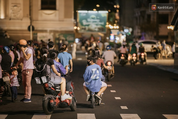 """Sài Gòn nhộn nhịp trong buổi tối nghỉ lễ đầu tiên: Khu vực trung tâm dần trở nên đông đúc, nhiều người lo sợ vẫn """"kè kè"""" chiếc khẩu trang bên mình - Ảnh 23."""