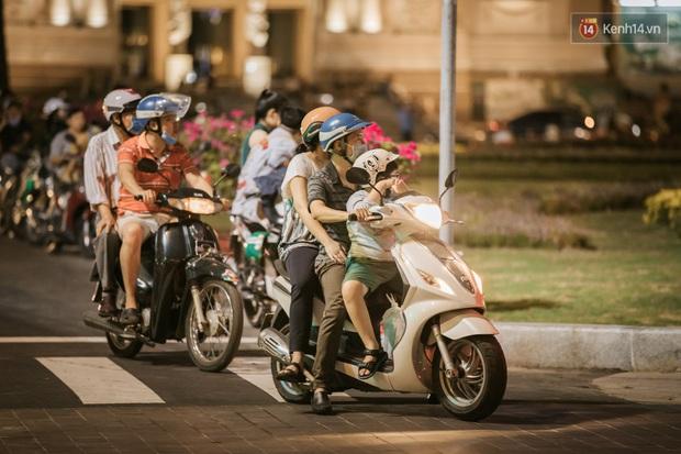 """Sài Gòn nhộn nhịp trong buổi tối nghỉ lễ đầu tiên: Khu vực trung tâm dần trở nên đông đúc, nhiều người lo sợ vẫn """"kè kè"""" chiếc khẩu trang bên mình - Ảnh 22."""