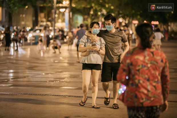 """Sài Gòn nhộn nhịp trong buổi tối nghỉ lễ đầu tiên: Khu vực trung tâm dần trở nên đông đúc, nhiều người lo sợ vẫn """"kè kè"""" chiếc khẩu trang bên mình - Ảnh 6."""