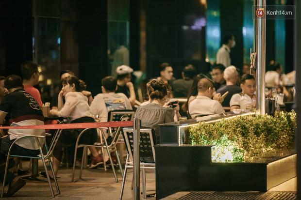 """Sài Gòn nhộn nhịp trong buổi tối nghỉ lễ đầu tiên: Khu vực trung tâm dần trở nên đông đúc, nhiều người lo sợ vẫn """"kè kè"""" chiếc khẩu trang bên mình - Ảnh 15."""