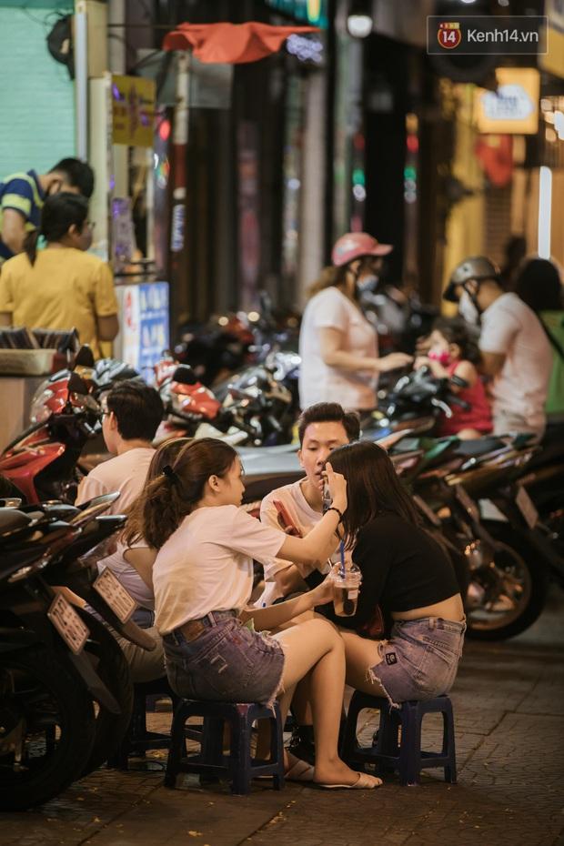 """Sài Gòn nhộn nhịp trong buổi tối nghỉ lễ đầu tiên: Khu vực trung tâm dần trở nên đông đúc, nhiều người lo sợ vẫn """"kè kè"""" chiếc khẩu trang bên mình - Ảnh 20."""