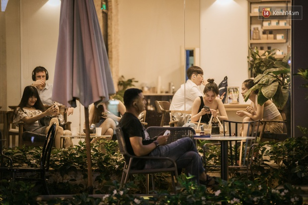 """Sài Gòn nhộn nhịp trong buổi tối nghỉ lễ đầu tiên: Khu vực trung tâm dần trở nên đông đúc, nhiều người lo sợ vẫn """"kè kè"""" chiếc khẩu trang bên mình - Ảnh 30."""
