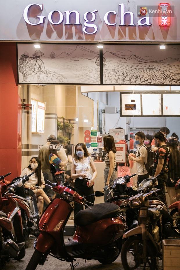"""Sài Gòn nhộn nhịp trong buổi tối nghỉ lễ đầu tiên: Khu vực trung tâm dần trở nên đông đúc, nhiều người lo sợ vẫn """"kè kè"""" chiếc khẩu trang bên mình - Ảnh 29."""