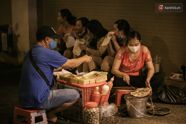 """Sài Gòn nhộn nhịp trong buổi tối nghỉ lễ đầu tiên: Khu vực trung tâm dần trở nên đông đúc, nhiều người lo sợ vẫn """"kè kè"""" chiếc khẩu trang bên mình - Ảnh 19."""