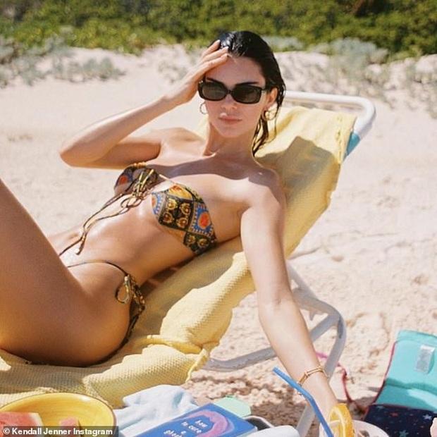 Kendall Jenner đi nghỉ mát giữa mùa dịch Covid-19, chẳng những không đi cùng bạn trai mà còn bị bắt gặp tình tứ bên cạnh sao NBA khác - Ảnh 3.