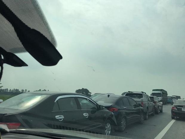Bốn ô tô đâm dồn toa, đường tránh TP Ninh Bình ùn tắc nhiều km - Ảnh 1.