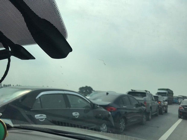 Bốn ô tô đâm dồn toa, đường tránh TP Ninh Bình ùn tắc nhiều km - Ảnh 2.