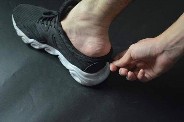 Đi giày sneaker cả chục năm nhưng giờ tôi mới phát hiện 3 sự thật ngã ngửa về mẩu dây phía sau gót - Ảnh 3.