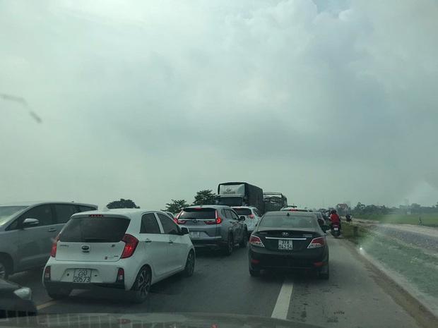 Bốn ô tô đâm dồn toa, đường tránh TP Ninh Bình ùn tắc nhiều km - Ảnh 4.