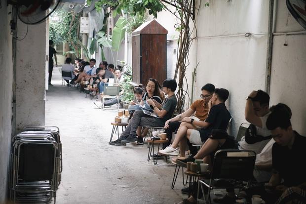 Một Hà Nội đông đúc nhưng vẫn cực chill trong ngày đầu nghỉ lễ: người người rủ nhau ra phố, các quán cafe kín khách ngồi vỉa hè - Ảnh 13.