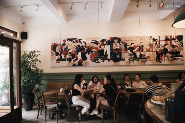 Một Hà Nội đông đúc nhưng vẫn cực chill trong ngày đầu nghỉ lễ: người người rủ nhau ra phố, các quán cafe kín khách ngồi vỉa hè - Ảnh 9.