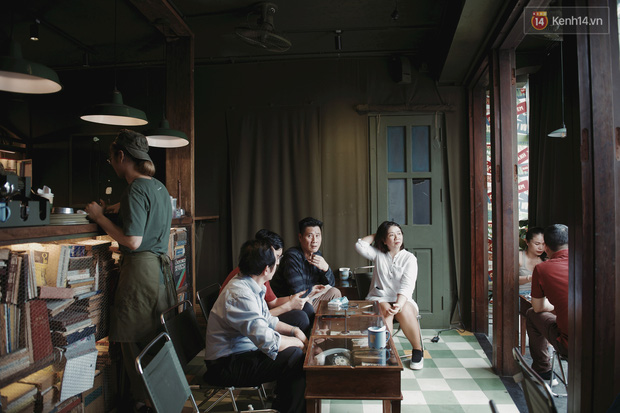 Một Hà Nội đông đúc nhưng vẫn cực chill trong ngày đầu nghỉ lễ: người người rủ nhau ra phố, các quán cafe kín khách ngồi vỉa hè - Ảnh 7.