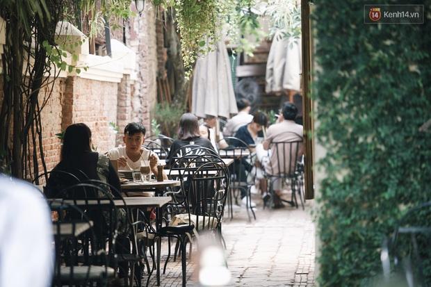 Một Hà Nội đông đúc nhưng vẫn cực chill trong ngày đầu nghỉ lễ: người người rủ nhau ra phố, các quán cafe kín khách ngồi vỉa hè - Ảnh 6.