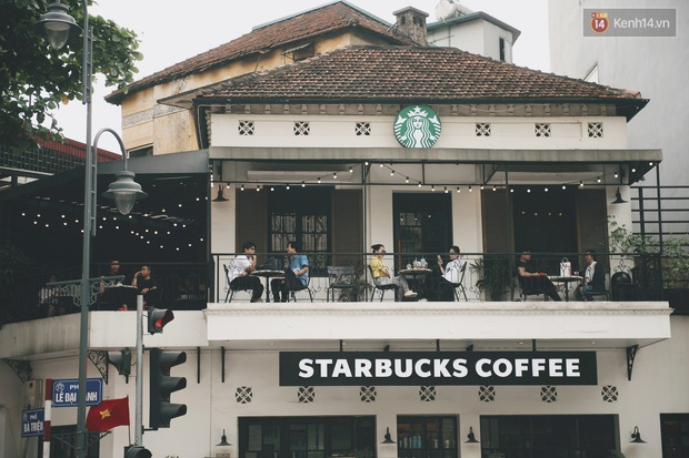 Một Hà Nội đông đúc nhưng vẫn cực chill trong ngày đầu nghỉ lễ: người người rủ nhau ra phố, các quán cafe kín khách ngồi vỉa hè - Ảnh 16.