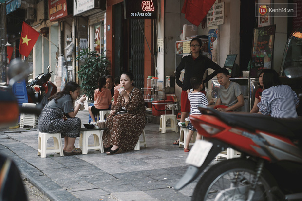 Một Hà Nội đông đúc nhưng vẫn cực chill trong ngày đầu nghỉ lễ: người người rủ nhau ra phố, các quán cafe kín khách ngồi vỉa hè - Ảnh 3.