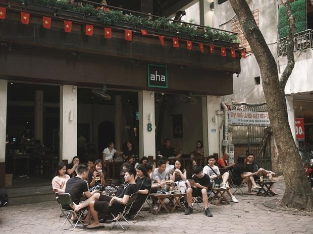 Một Hà Nội đông đúc nhưng vẫn cực chill trong ngày đầu nghỉ lễ: người người rủ nhau ra phố, các quán cafe kín khách ngồi vỉa hè - Ảnh 14.