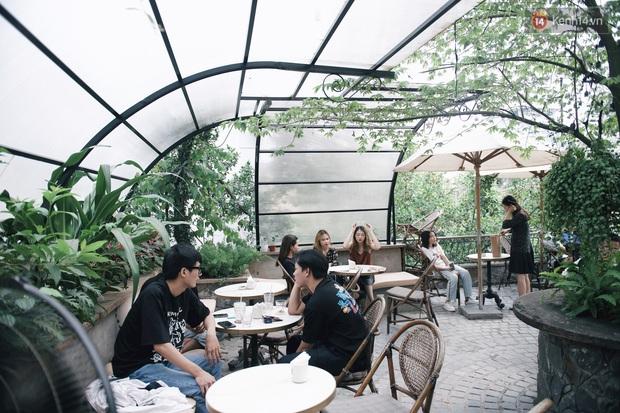 Một Hà Nội đông đúc nhưng vẫn cực chill trong ngày đầu nghỉ lễ: người người rủ nhau ra phố, các quán cafe kín khách ngồi vỉa hè - Ảnh 11.