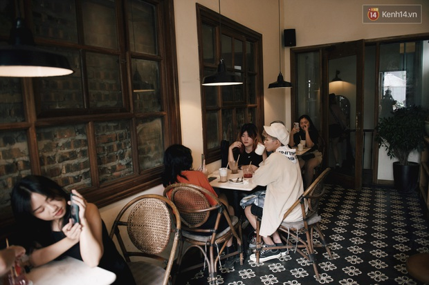 Một Hà Nội đông đúc nhưng vẫn cực chill trong ngày đầu nghỉ lễ: người người rủ nhau ra phố, các quán cafe kín khách ngồi vỉa hè - Ảnh 8.