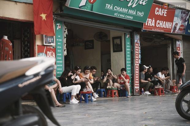 Một Hà Nội đông đúc nhưng vẫn cực chill trong ngày đầu nghỉ lễ: người người rủ nhau ra phố, các quán cafe kín khách ngồi vỉa hè - Ảnh 15.