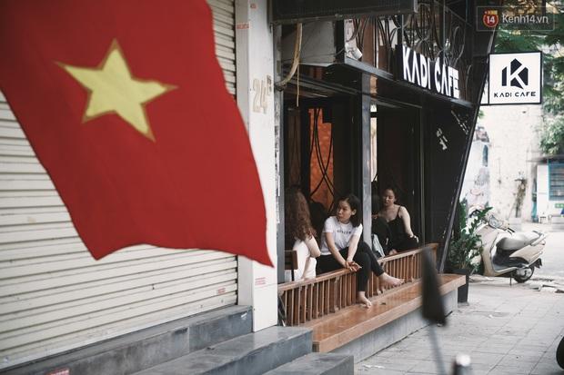 Một Hà Nội đông đúc nhưng vẫn cực chill trong ngày đầu nghỉ lễ: người người rủ nhau ra phố, các quán cafe kín khách ngồi vỉa hè - Ảnh 2.