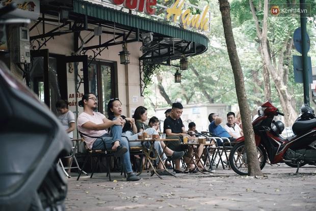 Một Hà Nội đông đúc nhưng vẫn cực chill trong ngày đầu nghỉ lễ: người người rủ nhau ra phố, các quán cafe kín khách ngồi vỉa hè - Ảnh 1.