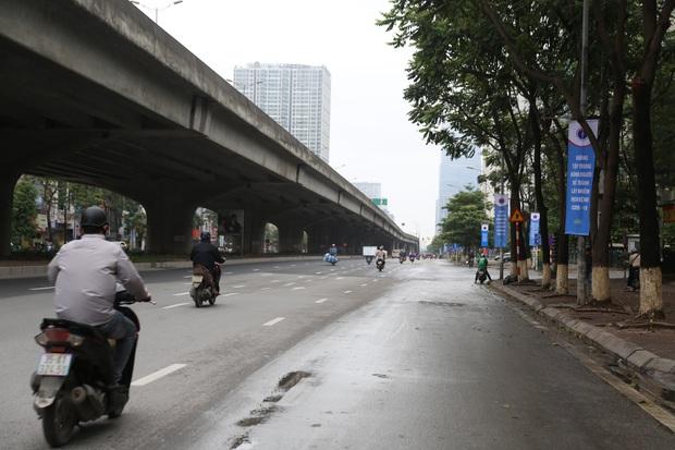 Ảnh: Cảnh tượng khác lạ tại những điểm đen ùn tắc giao thông của Hà Nội giữa mùa dịch Covid-19 - Ảnh 11.