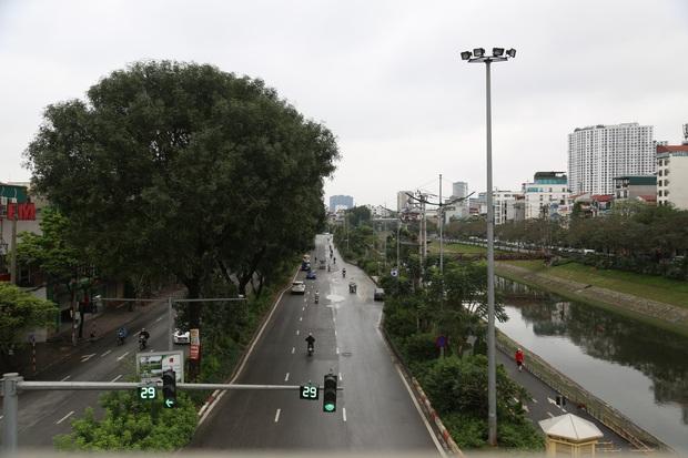 Ảnh: Cảnh tượng khác lạ tại những điểm đen ùn tắc giao thông của Hà Nội giữa mùa dịch Covid-19 - Ảnh 12.