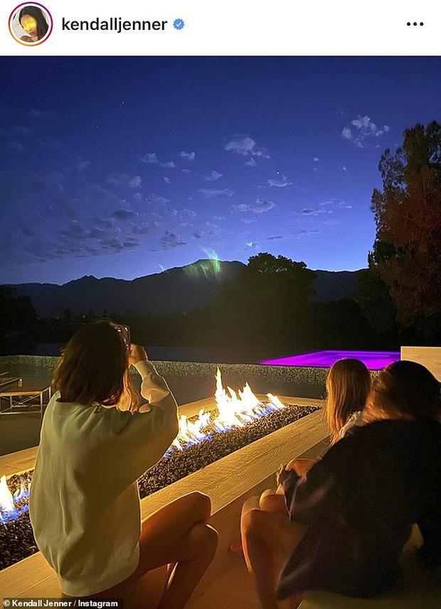Sao Hollywood biến biệt thự thành điểm sống ảo mùa dịch: Vợ chồng Justin, Selena, chị em Kardashian khoe mọi góc cực đỉnh - Ảnh 4.