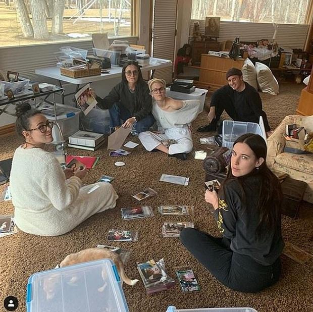 Sao Hollywood biến biệt thự thành điểm sống ảo mùa dịch: Vợ chồng Justin, Selena, chị em Kardashian khoe mọi góc cực đỉnh - Ảnh 15.
