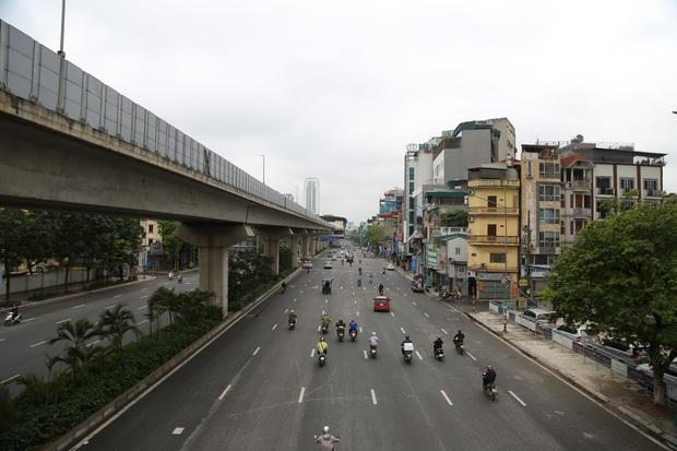 Ảnh: Cảnh tượng khác lạ tại những điểm đen ùn tắc giao thông của Hà Nội giữa mùa dịch Covid-19 - Ảnh 1.