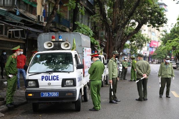 Hai chủ gara ô tô ở Hà Nội bị phạt 15 triệu đồng vì vẫn mở cửa, tụ tập đông người trong mùa dịch Covid-19 - Ảnh 1.