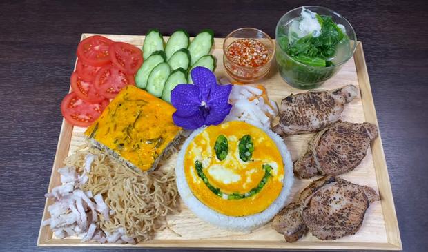 Bé khỉ con Sa đã khỏe lại sau trận ốm sốt, vui vẻ ăn cơm tấm sườn bì cùng mẹ Quỳnh Trần trong vlog mới - Ảnh 2.