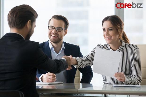 Nhà tuyển dụng hỏi: Bạn 10 năm không gặp kết hôn, bạn có đi không? Câu trả lời EQ cao trúng tuyển ngay lập tức - Ảnh 1.