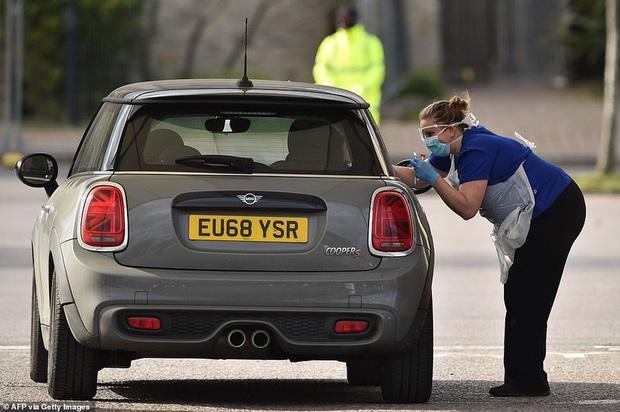 Ông Boris Johnson vẫn phải cách ly, Anh vượt Trung Quốc số ca tử vong - Ảnh 1.