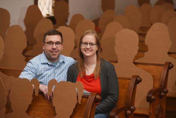 Không muốn hoãn đám cưới vì Covid-19, cặp đôi nảy ra ý tưởng tổ chức hôn lễ với dàn khách mời hoành tráng và độc đáo chưa từng thấy - Ảnh 1.