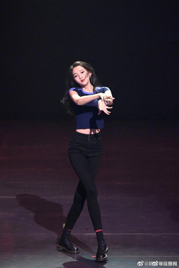 Không thể ngờ bạn gái Luhan sở hữu body đỉnh đến vậy: Eo thon, chân dài, đối thủ 9X của Dương Mịch là đây! - Ảnh 4.