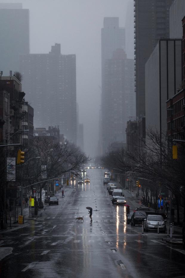 Chùm ảnh đẹp nhưng buồn đến lặng người: Thành phố New York nhộn nhịp bỗng hóa ảm đạm trong những ngày Covid-19 bao trùm - Ảnh 1.