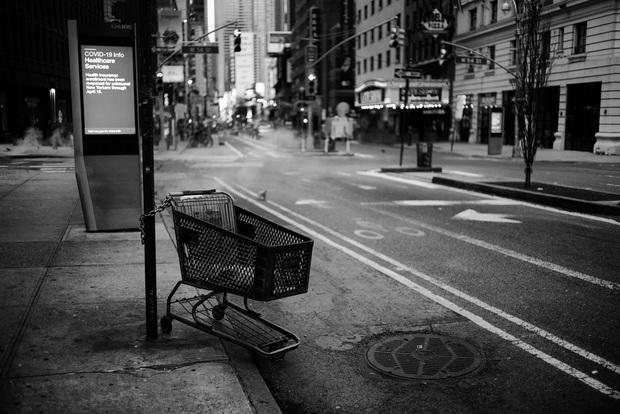 Chùm ảnh đẹp nhưng buồn đến lặng người: Thành phố New York nhộn nhịp bỗng hóa ảm đạm trong những ngày Covid-19 bao trùm - Ảnh 2.